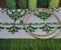 Výšivka rámik drevený uterák v jasný zelený závit na z drevený stôl
