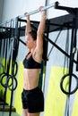 Crossfit toes para barrar o exercício das barras de tração-UPS 2 da mulher Imagem de Stock