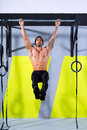 Crossfit toes zu Kellner ZugUPS 2 Stangen Training Stockfoto