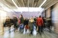 Dav z lidé spěchá přes koridor účinek pohyb