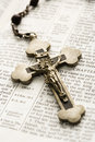 Crucifix sur la bible. Photo stock