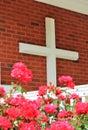 Cruz grande con las flores rosadas Foto de archivo