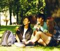 Roztomilý skupina z na budova z univerzita knihy