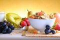 Cuvette de vue de face de céréale et de fruits Image libre de droits