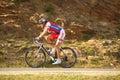 Cycliste de Zolt Der de Serbie conduisant vers le haut à Paltinis Image stock
