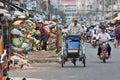 Cyclo bestuurder die afgelopen huisvuil vent Royalty-vrije Stock Afbeeldingen