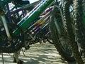 Cyklar cyklar den parkerade kuggen Royaltyfria Bilder