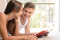 Czytający książkę wpólnie przystojni młodzi człowiecy czyta książkę cześć Zdjęcie Royalty Free