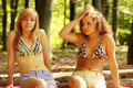 Détente de 2 jeunes femmes Photographie stock libre de droits