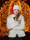 Dame à la mode utilisant le chapeau de noël et le manteau de fourrure blanc extérieurs portrait de jeune belle femme dans le Photos stock