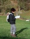 Dame Hiker die een Kaart leest Royalty-vrije Stock Afbeelding