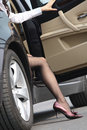Dame verlassen ein Auto Stockfoto