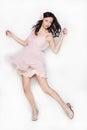 Dança bonita moreno nova da mulher no vestido cor de rosa isolado sobre o fundo branco Imagens de Stock