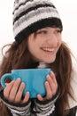 Das Mädchenlächeln und -holding ein Cup Stockfotografie