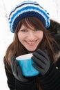 Das Mädchenlächeln und -holding ein Cup Lizenzfreies Stockfoto