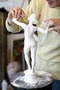 De beeldhouwer maakt wapens aan ongewapend beeldje vast. Royalty-vrije Stock Foto