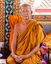 De boeddhistische monnik stelt voor een foto bij boeddhistische tempel van het drijven van damnoen saduak markt Stock Afbeelding