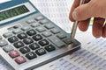 De calculator en een hand van de man Royalty-vrije Stock Afbeelding