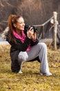 De camera van de vrouwenholding en buiten het nemen van foto Royalty-vrije Stock Fotografie