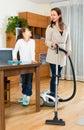 De dochter helpt schoon huis baren Stock Afbeeldingen