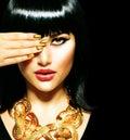 De donkerbruine egyptische toebehoren woman golden van de schoonheid Stock Afbeelding