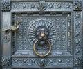 De een bronskloppers met een leeuw leiden bij de poort van de kathedraal van keulen Royalty-vrije Stock Afbeeldingen