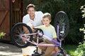 De fiets van vaderand son cleaning samen Stock Fotografie
