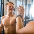 De gelukkige vriend van atletengiving high five to Royalty-vrije Stock Fotografie