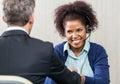 De gelukkige vrouwelijke agent shaking hands van de klantendienst Stock Foto's