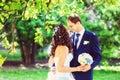 De gestemde foto van bruid en de bruidegom parkeren in openlucht onder Royalty-vrije Stock Foto's