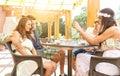 De goede vrienden spreken op het terras gemaakt tot †‹â€ ‹een goede foto met mobiele telefoon Royalty-vrije Stock Afbeeldingen