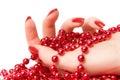 De hand van de vrouw met rode glassbeadsclose-up Stock Afbeelding