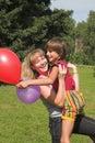 De jongen en het meisje spelen in zonnedag Stock Foto