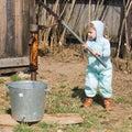 De jongen neemt water van een put in dorp (1) Stock Fotografie