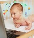 De jongen van de baby online winkelen Stock Foto's