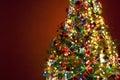De Kerstboom van de kunst op rode achtergrond Stock Afbeeldingen