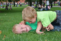De kinderen spelen in gras Royalty-vrije Stock Foto