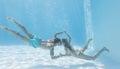 De leuke handen van de paarholding onderwater in het zwembad Stock Afbeeldingen