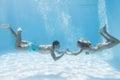 De leuke handen van de paarholding onderwater in het zwembad Royalty-vrije Stock Foto