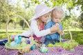 De leuke jonge broer en zustereieren van enjoying their easter buiten Stock Afbeelding