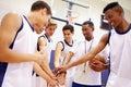 De mannelijke bus van team having team talk with van het middelbare schoolbasketbal Royalty-vrije Stock Foto