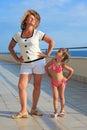 De oefening van de vrouw en girl do morning op veranda Stock Foto