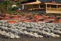 De paraplu's van Sunbeds en van het strand Stock Foto's
