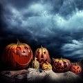 De pompoenen van Halloween bij nacht