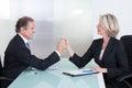 De rijpe hand van zakenmanand businesswoman holding Royalty-vrije Stock Afbeelding