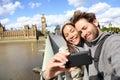 De toeristenpaar die van londen foto nemen dichtbij big ben Stock Foto's
