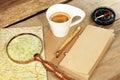 De uitstekende blocnote gouden pen coffee cup wood table van kompasmagnifier Stock Afbeelding