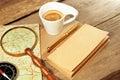 De uitstekende blocnote gouden pen coffee cup wood table van kompasmagnifier Royalty-vrije Stock Fotografie