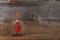 De valentijnskaarten houden van houten cat shape with red heart decoratie Stock Afbeelding