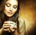 De Vrouw van Beautuful met kop van Koffie Royalty-vrije Stock Foto's